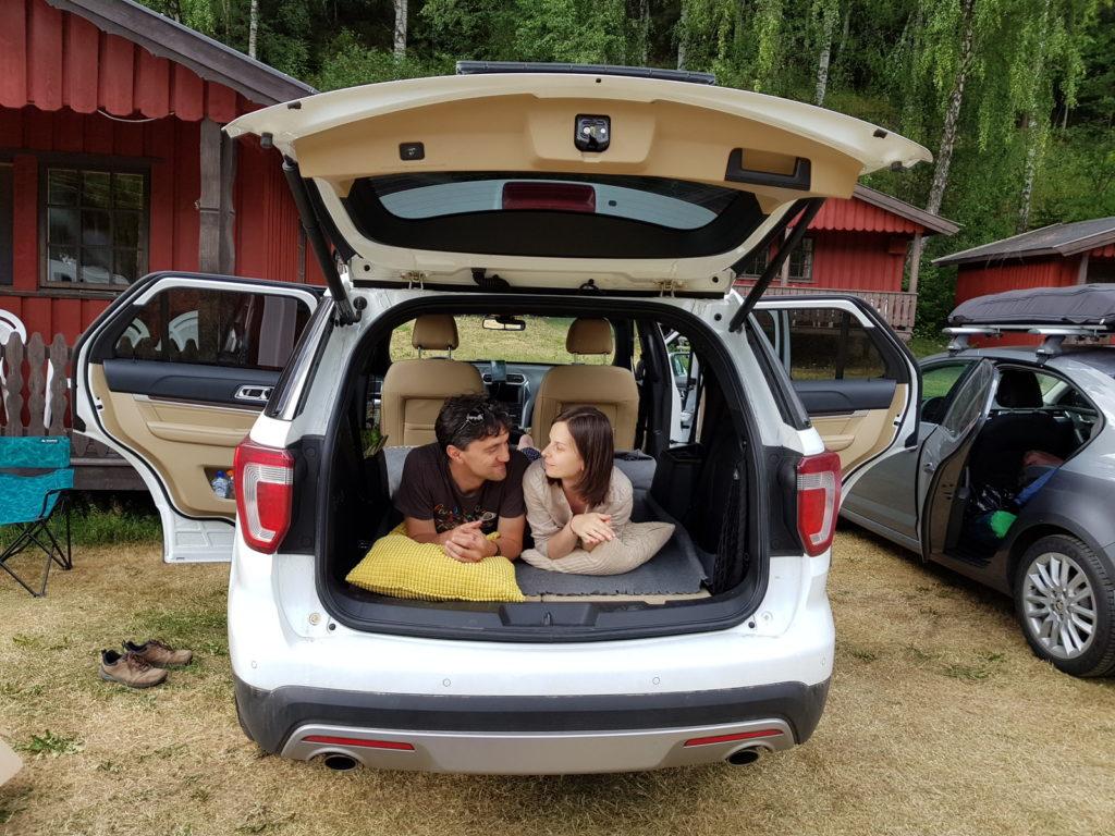 Кому то удобнее спать в машине, хотя лично я предпочитаю палатку