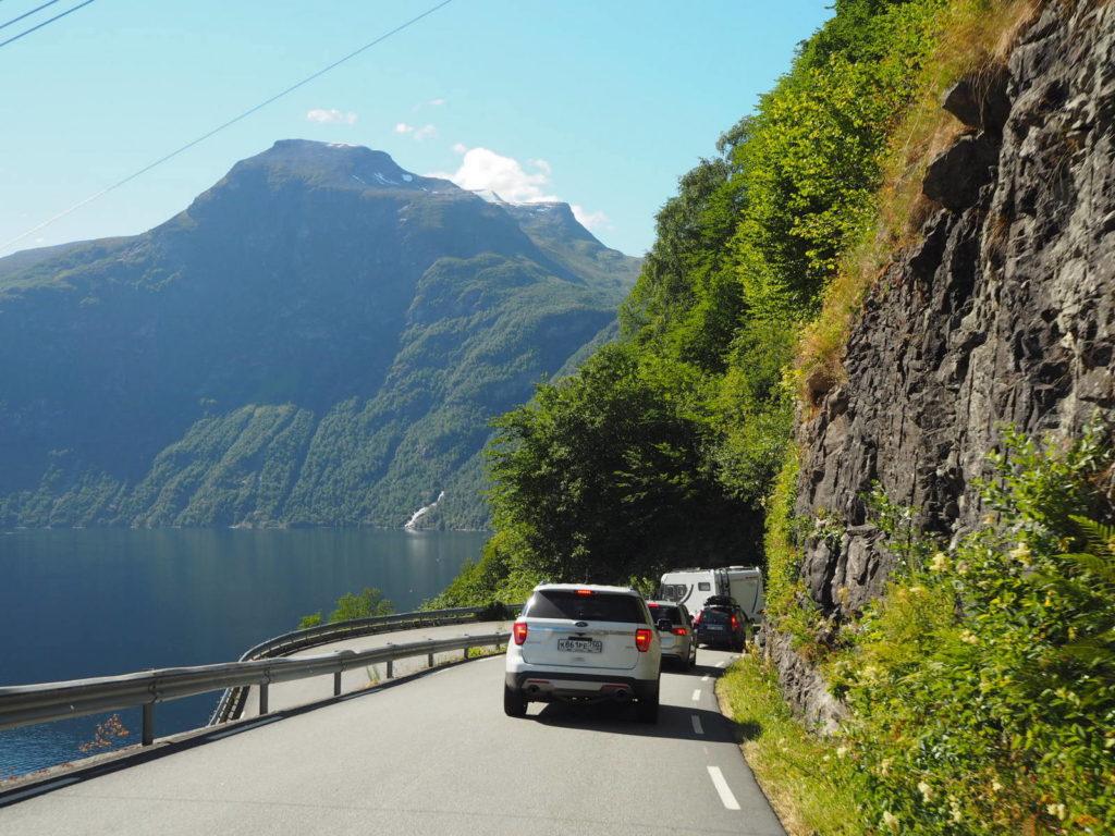 Ford Explorer на норвежской горной дороге