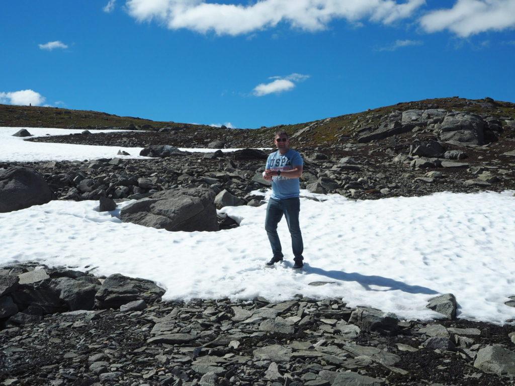 В горах +22 и снег, мы играем в снежки, а норвежцы катаются на лыжах